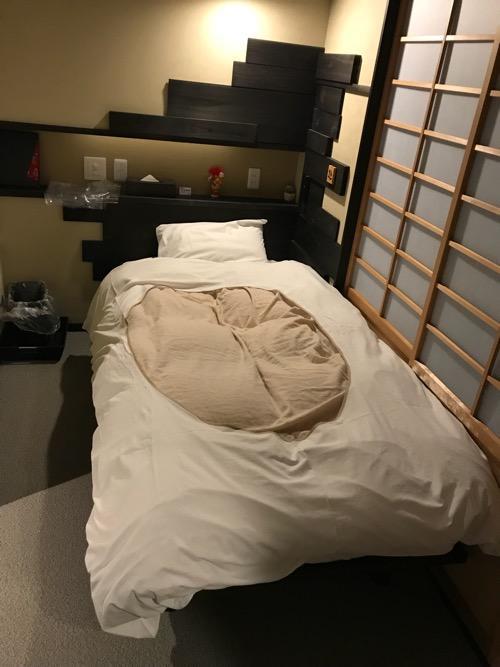 湯之谷温泉のゲストハウス部屋「海」の部屋内のベッド(シーツ等の装着後)