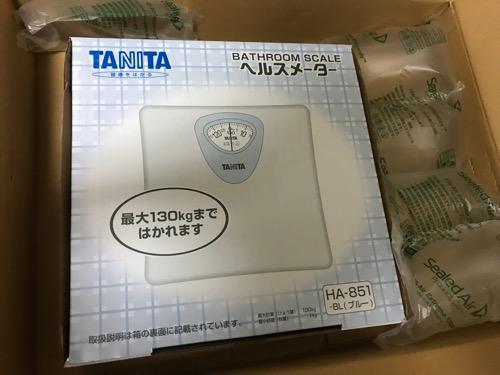 Amazonの箱に入っているタニタ 体重計 アナログヘルスメーター HA-851-BL ブルー