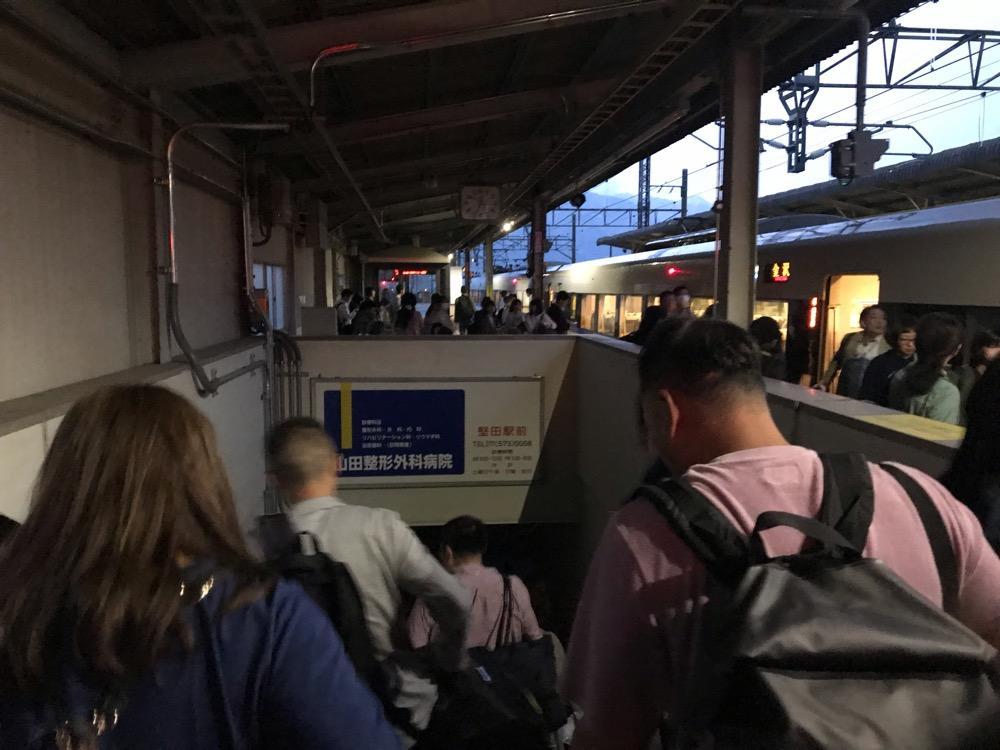 和邇駅でサンダーバード35号・金沢行を下車して連絡通路に向かう乗客達