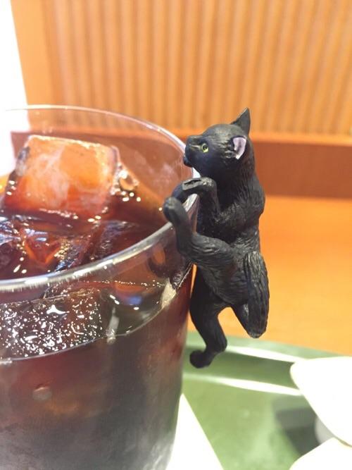 カフェベローチェ新橋四丁目店のアイスコーヒーのコップのふちによじ登るふちねこ「よじのぼり」(横からの姿)