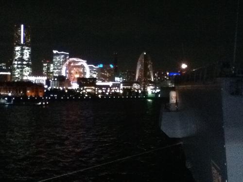 大桟橋から眺めた横浜みなとみらい地区の夜景と海上自衛隊 ひゅうが型護衛艦 DDH-181「ひゅうが」(2012年10月10日夜)