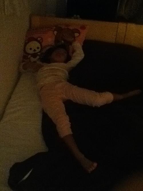 心が和む踊っているような娘の寝姿