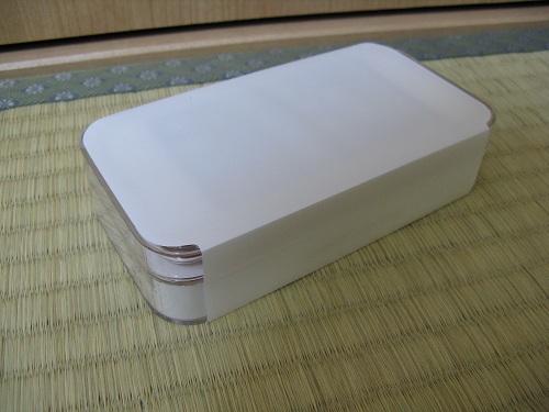 刻印入りiPod touch 32GB - (PRODUCT) REDの写真……白いビニールテープで巻かれている