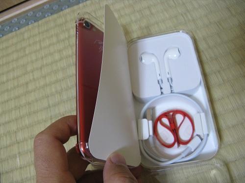 刻印入りiPod touch 32GB - (PRODUCT) REDの写真……イヤフォンとストラップ