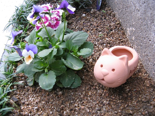 自宅の庭の花壇に設置したアニマルテラコッタ・ウォーターキーパー:ネコ