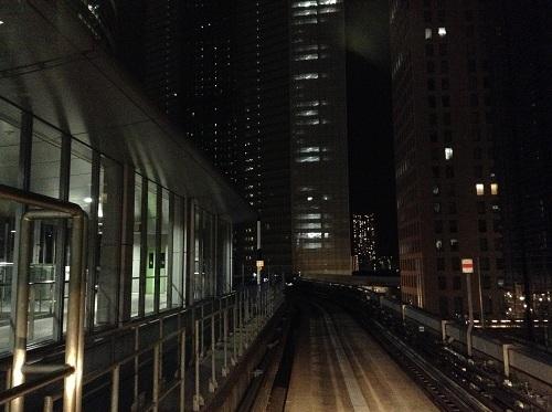 ゆりかもめ新橋駅ホームに停車中の列車の先頭車両最前列・左側席からの眺め