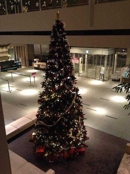 ホテルサンルート有明のフロント前の巨大なクリスマスツリー