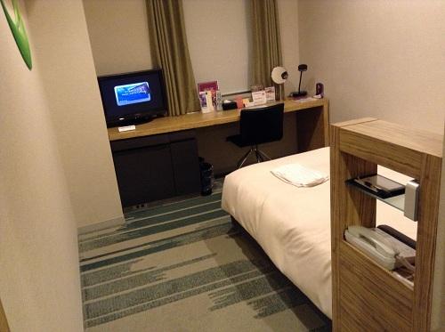 ホテルサンルート有明室内のベッドの隣の棚