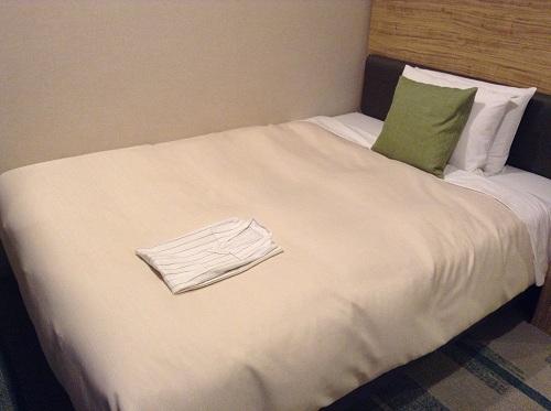 ホテルサンルート有明室内の幅140センチのシモンズ社製ベッド