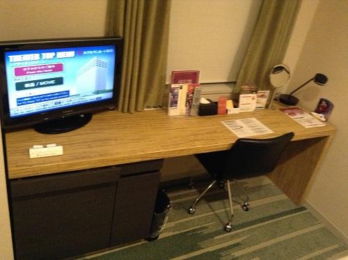 ホテルサンルート有明の壁に据え付けられた長机