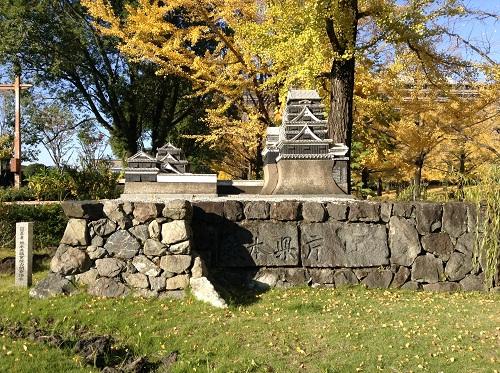 熊本県庁正門にある熊本城の模型