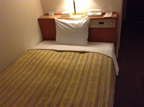 サンホテル水前寺の室内:セミダブルベッド