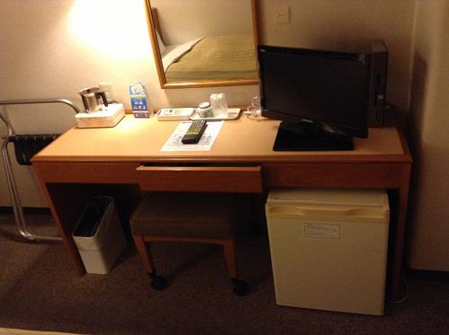 サンホテル水前寺の室内:机、椅子、テレビ、冷蔵庫など