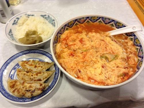 中国拉麺揚州商人で注文したトマ王ラーメン・半餃子ライスセット