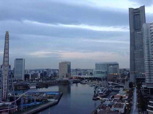 ヨコハマ グランド インターコンチネンタル ホテルの13階の部屋から眺めた横浜みなとみらい地区21付近(観覧車、横浜ランドマークタワー側)の朝6時21分の風景