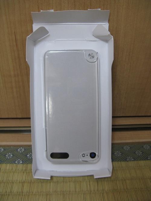 「iBUFFALO iPod touch(2012年発表モデル)専用 3Hハードケース iPod touch loop対応モデル 液晶保護フィルム付」の内箱に取り付けられた透明ハードケース