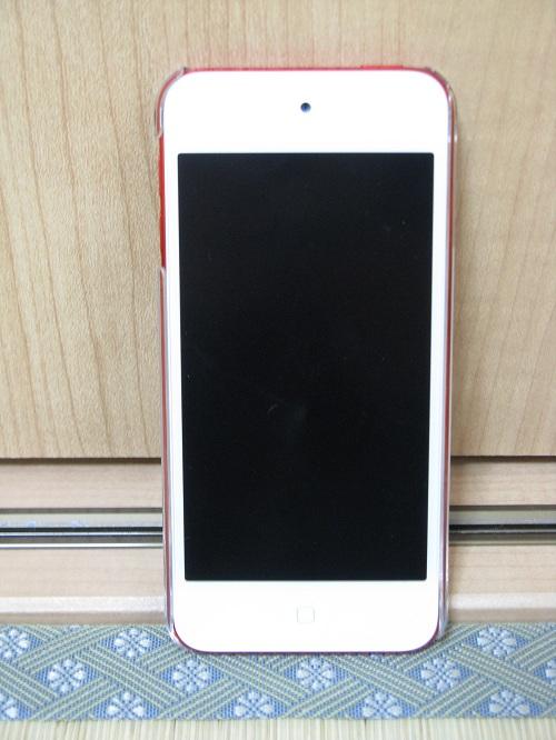「iBUFFALO iPod touch(2012年発表モデル)専用 3Hハードケース iPod touch loop対応モデル 液晶保護フィルム付」の透明ハードケースを装着したiPod touch 5の本体(表面側)