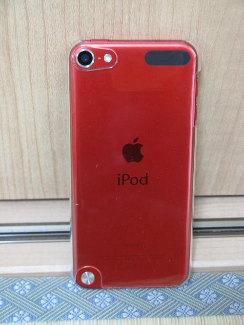 「iBUFFALO iPod touch(2012年発表モデル)専用 3Hハードケース iPod touch loop対応モデル 液晶保護フィルム付」の透明ハードケースを装着したiPod touch 5の本体(裏面側)