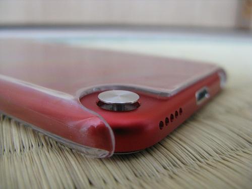 iPod touch 5本体のストラップ(loop)取り付け部分の銀色の円形のボタン(ボタン突出時)