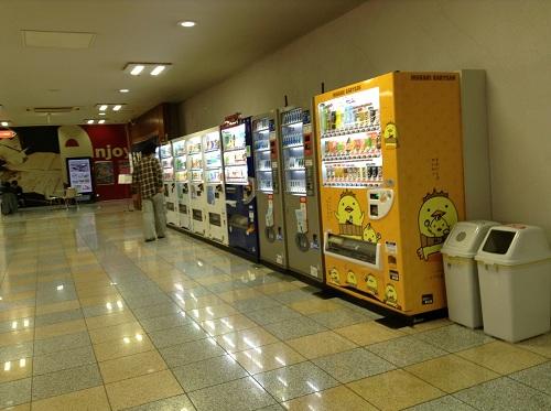 「いまばりゆるきゃら バリィさん」の自動販売機(SUNTORY)と他の自動販売機(天然温泉きすけの湯に隣接するゲームセンター前の通路にて)