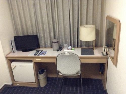呉ステーションホテル室内(机、テレビ)