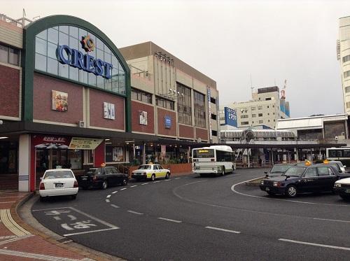 朝のJR呉駅の駅舎と駅舎前の道路