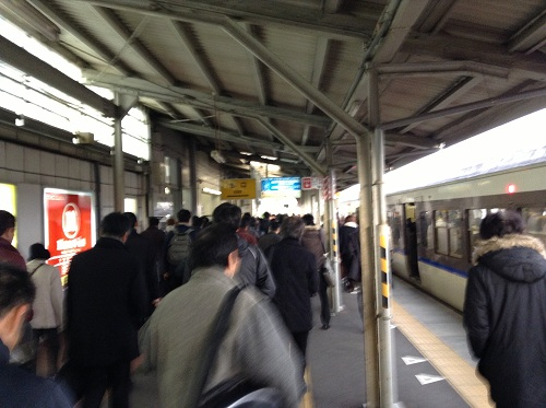JR向洋駅ホーム(朝のラッシュ時)