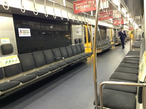 JR熊本駅普通列車用のホームに停車中の列車の車内