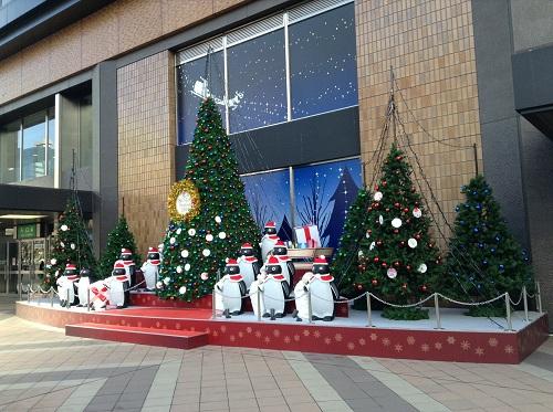 仙台駅前の巨大なクリスマスツリーとかわいらしいペンギン達
