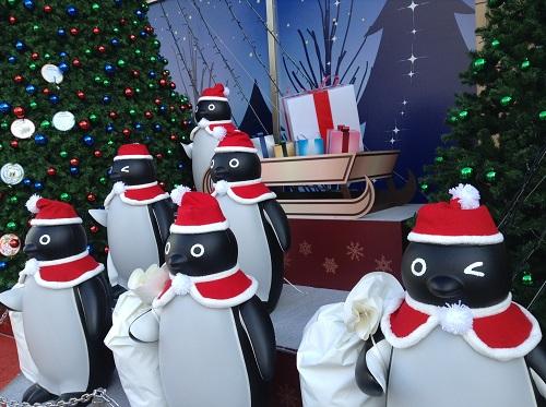 仙台駅前でサンタクロースの格好をしているペンギン達