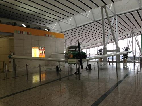仙台空港に展示されている飛行機:FA-200 エアロスバル(正面より)