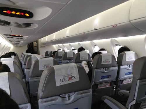 仙台空港12時0分発、広島空港13時45分着のANA 3137便の飛行機(07RJ)の内部