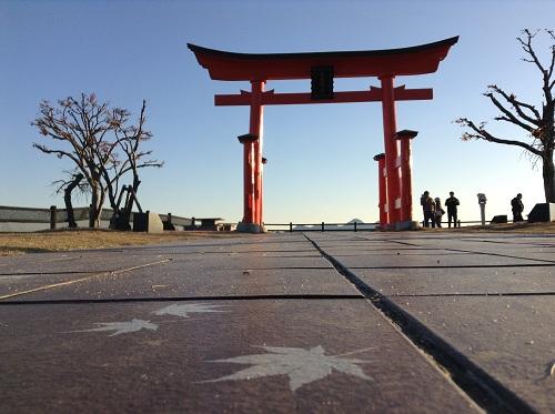 宮島サービスエリア(下り線)の鳥居と可愛らしい紅葉