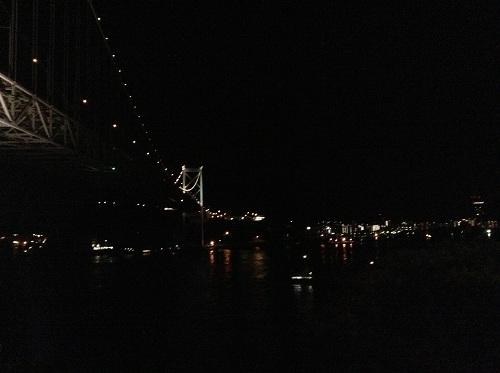 関門海峡、海峡の上にかかる関門橋、対岸の九州の綺麗な夜景