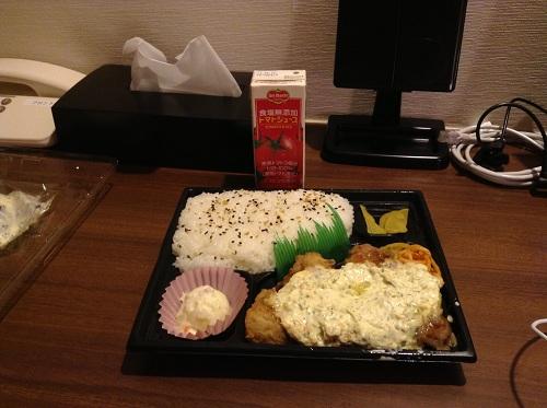 ホテルクドウ大分のすぐ近くにあるコンビニ(ローソン)で購入した具沢山タルタルのチキン南蛮弁当と食塩無添加トマトジュース(デルモンテ)