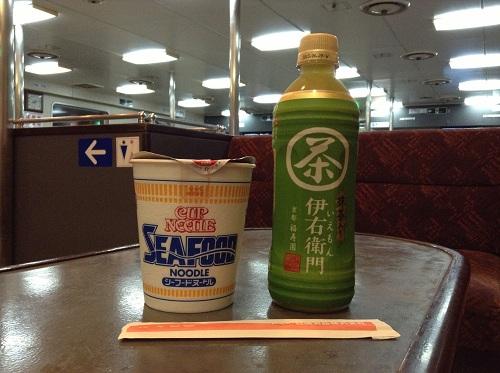 国道九四フェリーの自動販売機で購入した日清食品・シーフードヌードルと伊藤園・伊右衛門(お茶)