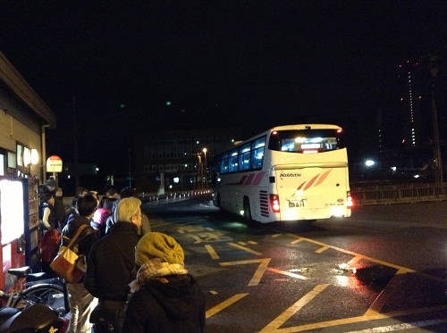 「小倉港 松山行フェリーのりば」バス停に到着した西鉄高速バス