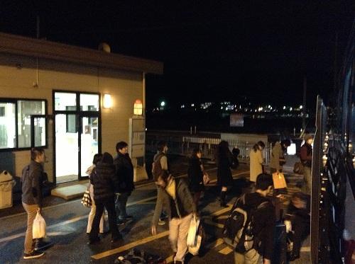 「小倉港 松山行フェリーのりば」のバス停からバスに乗車する人々