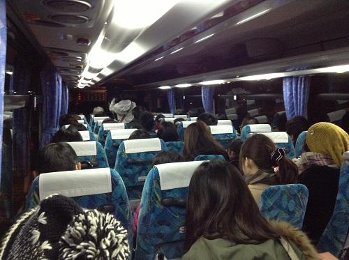 「小倉港 松山行フェリーのりば」バス停出発前の高速バス車内の中の様子