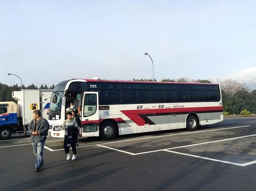 多久西パーキングエリア(下り線)で小休止のために西鉄バス・長崎行から降りる乗客達
