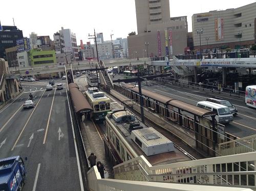 長崎駅前の立体歩道橋の上から眺めた市内電車の「長崎駅前」電停