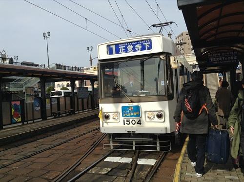 長崎市の市内電車「27 長崎駅前」に停車した「1 正覚寺下」(1504)という車体の市内電車