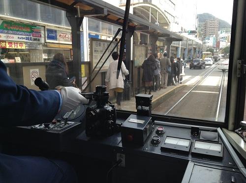 長崎市の市内電車「1 正覚寺下」(1504)という車体の運転席