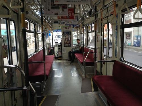 長崎市の市内電車「1 正覚寺下」(1504)という車体の車内の様子