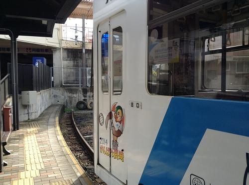 「正覚寺下」電停ホームに停車中の市内電車