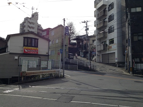 正覚寺下電停前の線路と道路