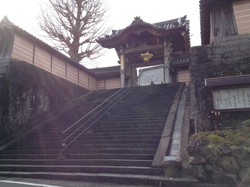 正覚寺の門と石段