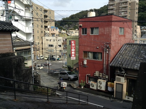 正覚寺の門から眺めた正覚寺の石段