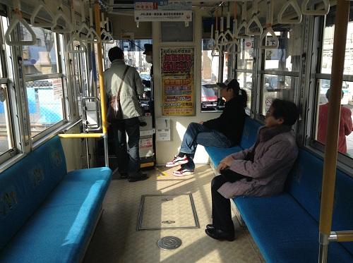 市内電車「1 赤迫 AKASAKO」(1202)の車内