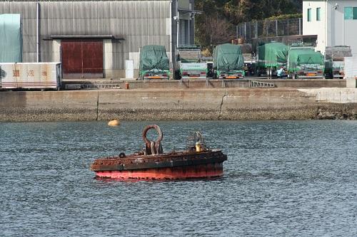 長崎港の海上を漂うブイ